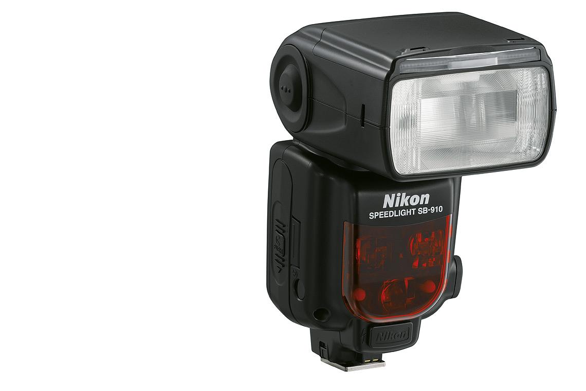 Zoomautomatik mit einem Bereich von 17 bis 200 mm: Ausleuchtung eines Bildfelds entsprechend 14 mm Brennweite bei Einsatz der integrierten Streuscheibe oder des Diffusoraufsatzes.