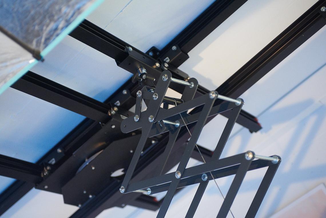 Der Pantograph ermöglicht hier eine Kameraposition direkt von oben für Aufnahmen der grossen Sushiplatten