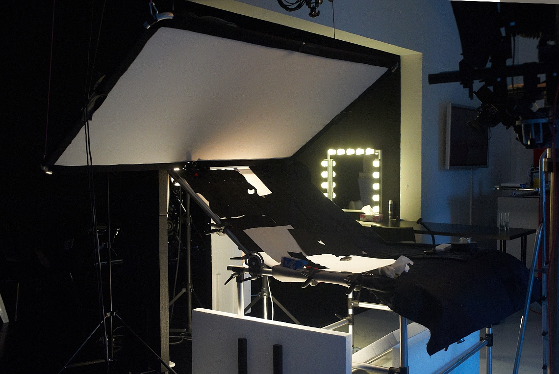 Eine dreipunkt Motor-Abrollvorrichtung von FOBA ermöglicht eine punktgenaue Positionierung des Reflektors - auch über dem Aufnahmetisch