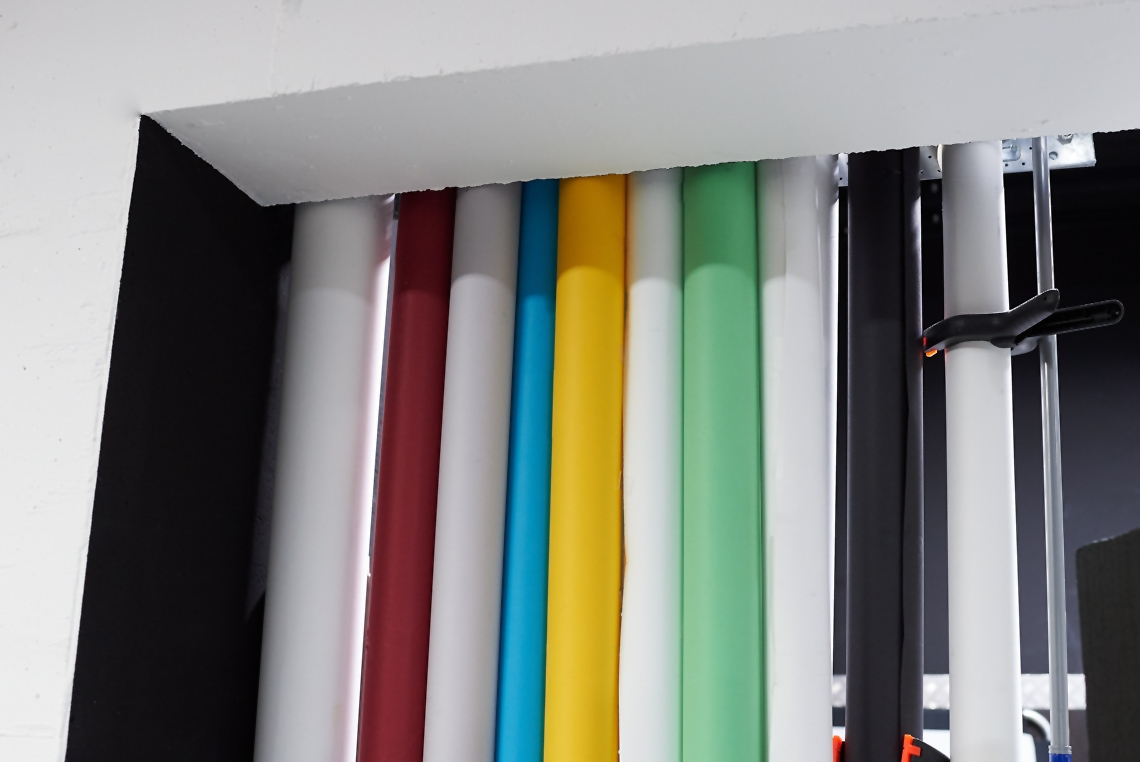 Verbrauchsmaterial wie Papierhintergründe sind im Studio vorhanden
