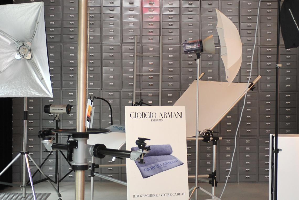 Semiprofessionelles Licht von Elinchrom kann sehr günstig gemietet werden. Im Hintergrund eine Wand aus 384 Schubladen mit zahlreichem Kleinmaterial für Shootings