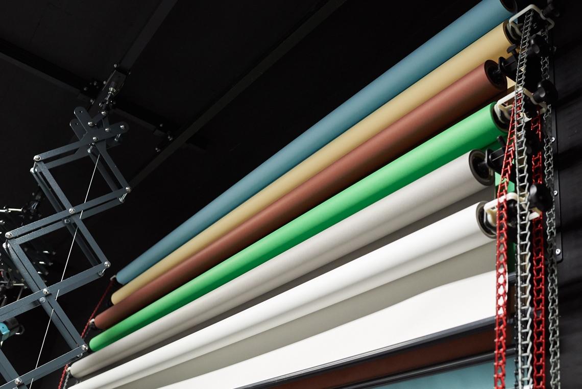 Zur freien Mitbenutzung ist die in dem schwarzen Studio angebrachte Abrollvorrichtung mit 6 Hintergründen