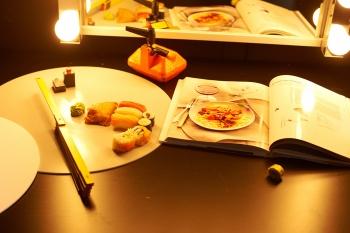 Tische mit Beleuchtung für das Anrichten der Platten und Arbeiten des Foodstylisten