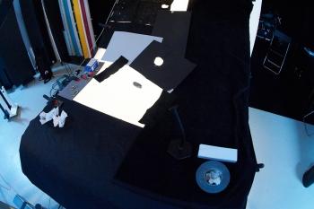Der grosse Aufnahmetisch von Manfrotto germöglicht dass die weissen Teller auf einem weissen Hintergrund abgebildet werden können
