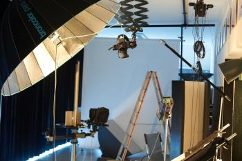 Kamera von oben mit Pantograph für grosse Sushiplatte mit Normalobjektiv. Der 2.20 Meter grosse Schirm ermöglicht ein Licht, welches auf die weissen Sushiplatten keine harten Schlagschatten wirft, und dennoch schöne Konturen beim Reis und den Sushigerichten