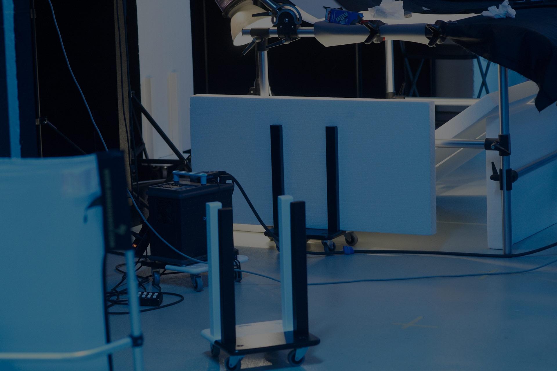 Praktisch und kostenlos benutzbar: Styroporreflektoren mit fahrbaren Halterungen sind aus dem Studioalltag kaum wegzudenken