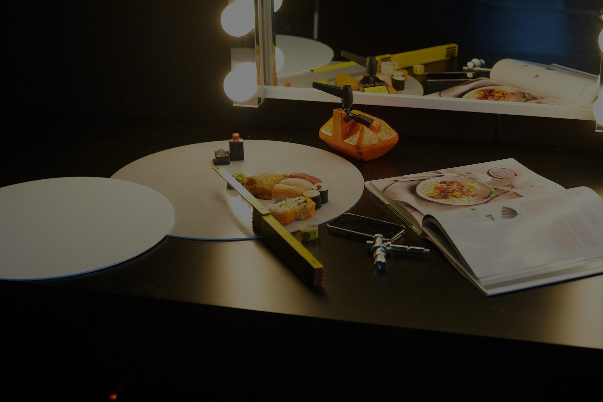 Tischplatten von 4 m Länge und 1 m Breite mit Hintergrundbeleuchtung wurden eigens für den Foodstylist aufgebaut