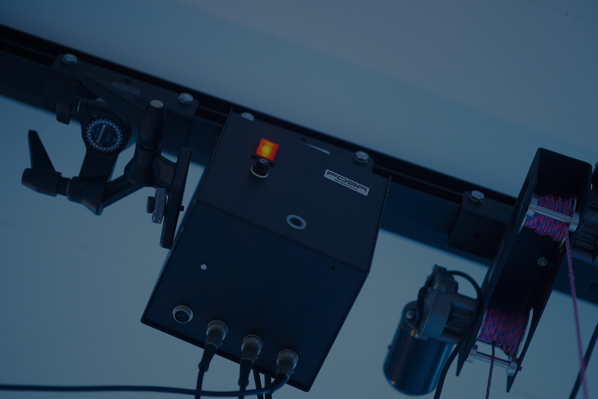 Eine Motor-Abrollvorrichtung mit drei Seilzügen ermöglicht punktgenaues Ausrichten eines 2m grossen Himmel-Reflektors