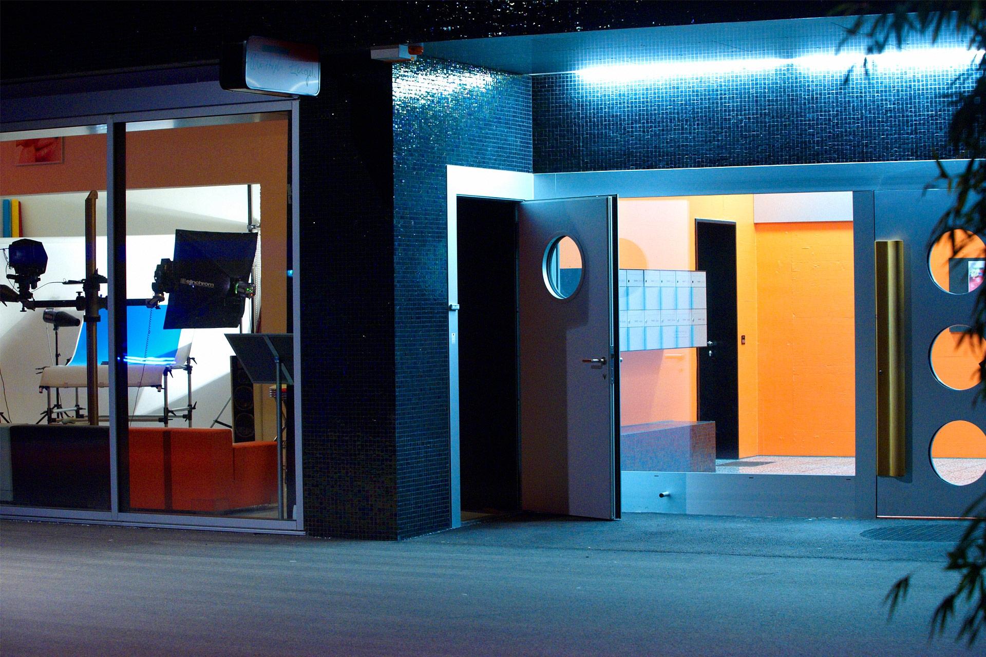 Eingangsbereich des Fotostudios bei Nacht im stylischen James-Areal mitten in der Stadt Zürich