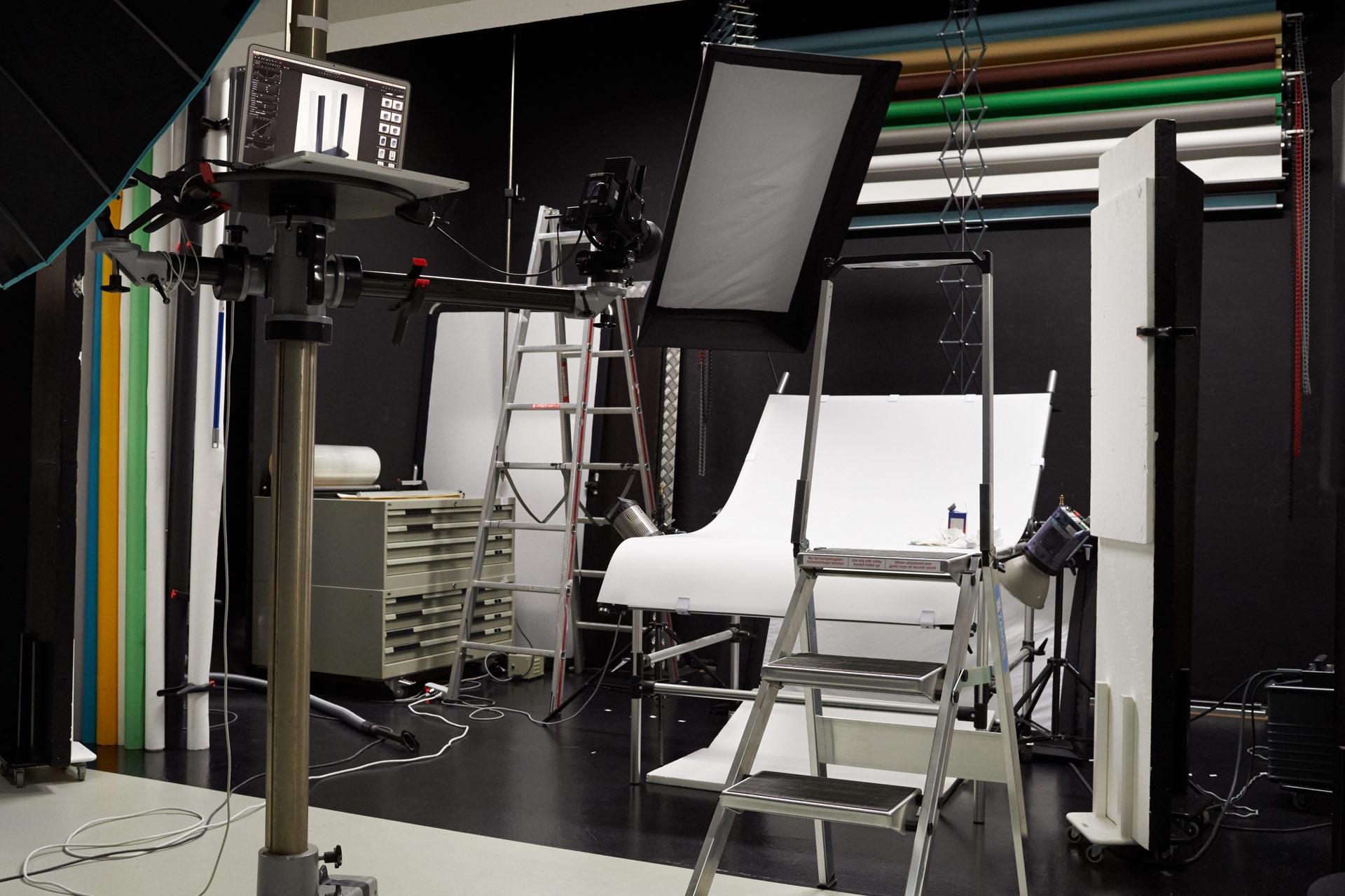 Blick in den dunklen Teil des Studios (schwarze Wände, schwarzer Boden)