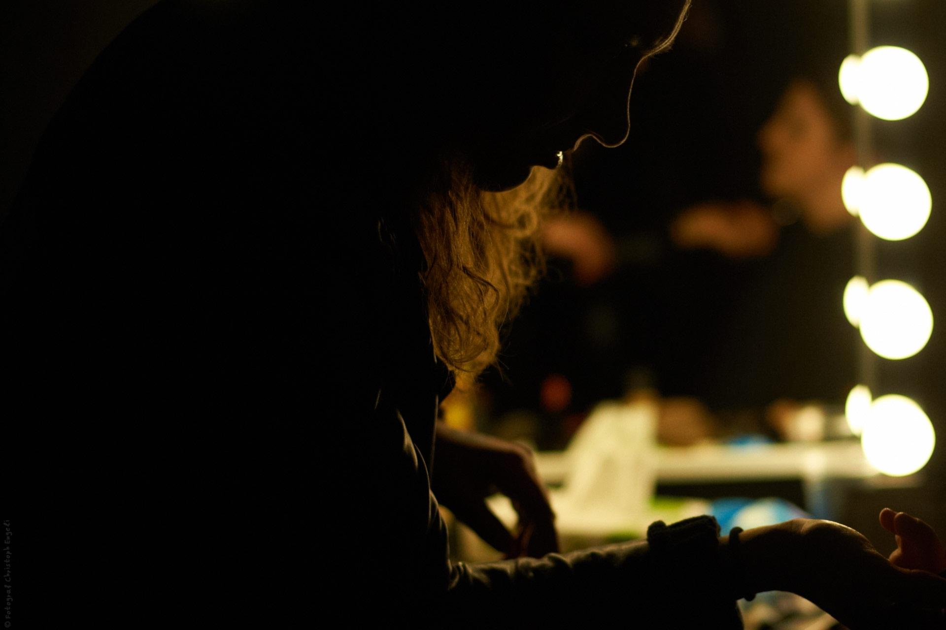 Tische mit Hintergrundbeleuchtung für die Visagistin
